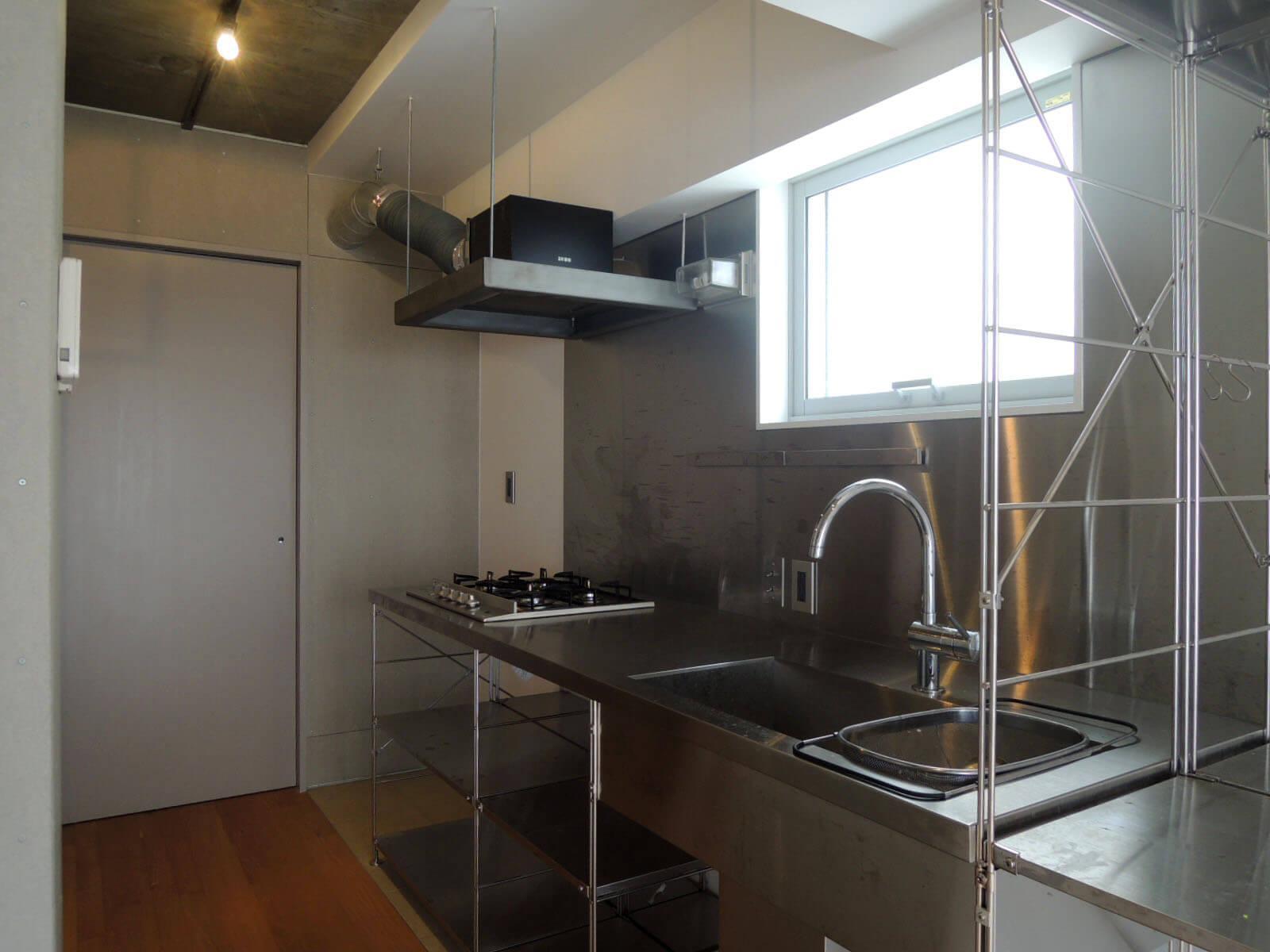 【家】キッチンはオープンな収納に、奥の引戸を開けるとバス洗面