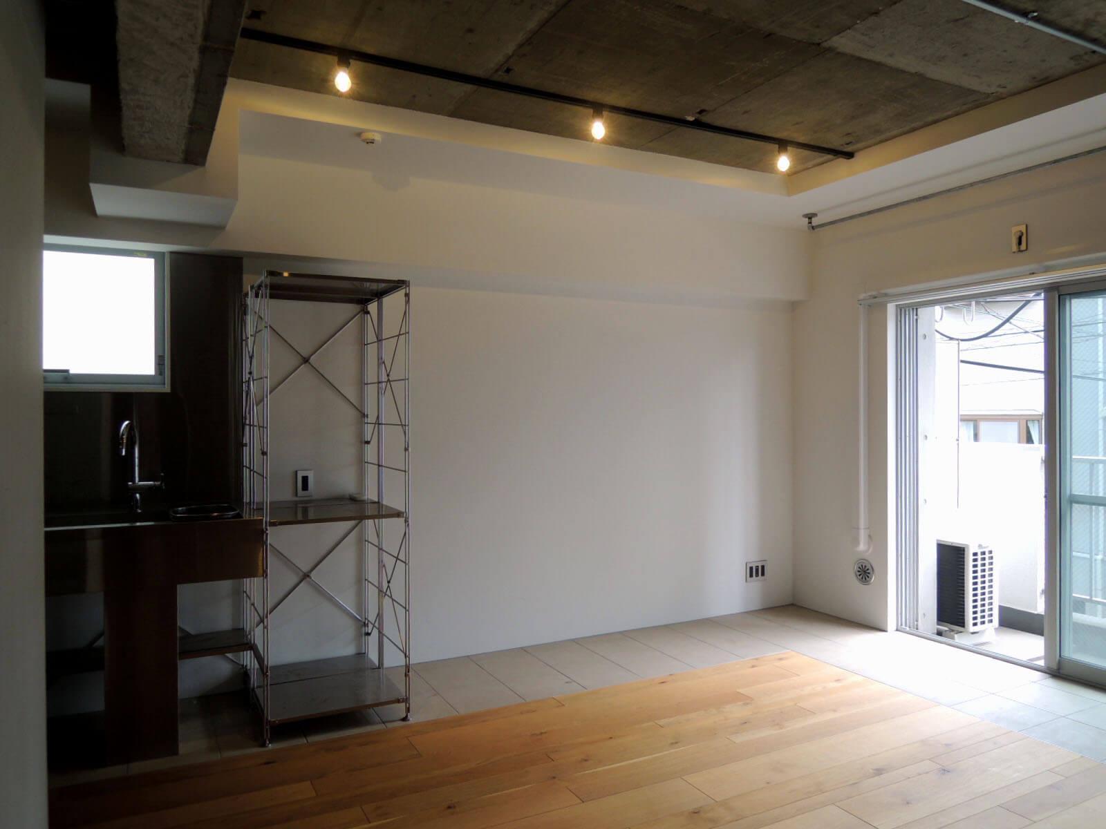 【家】壁際にはソファを置いたり、本棚やテレビ台を並べてみても