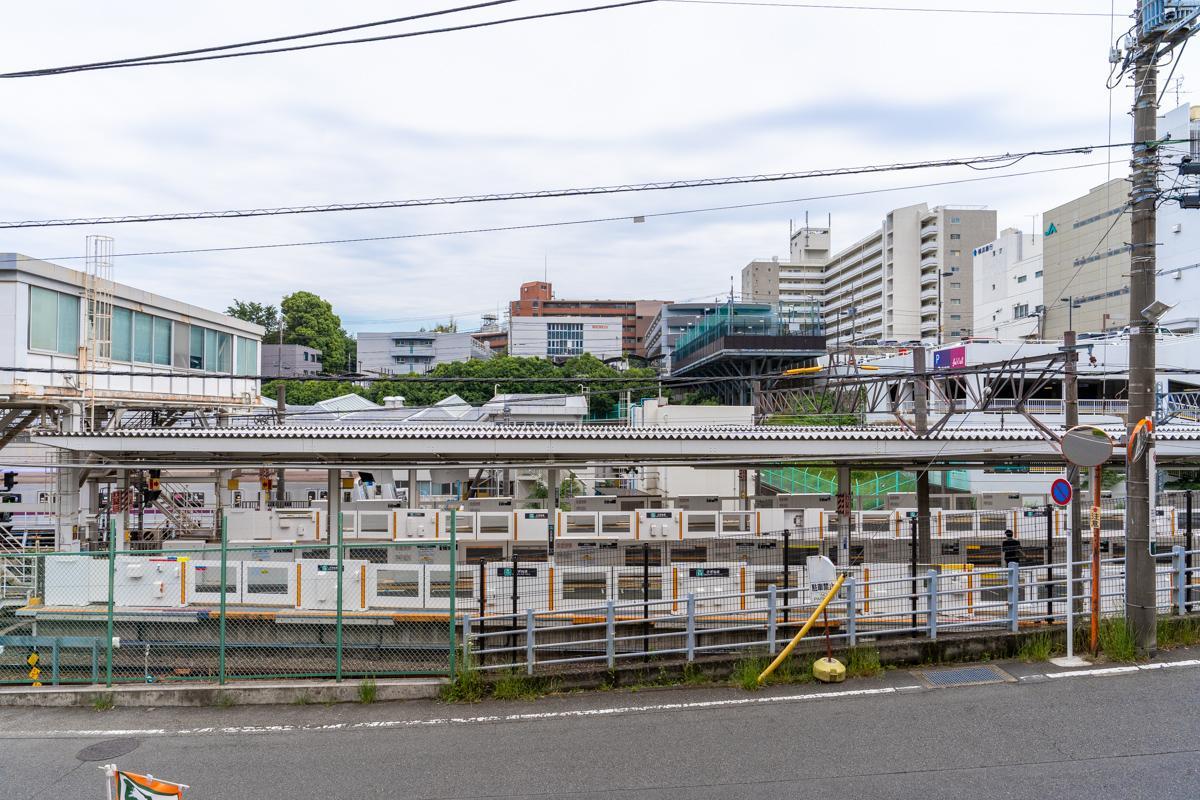 リビングの目の前には鷺沼駅のホーム