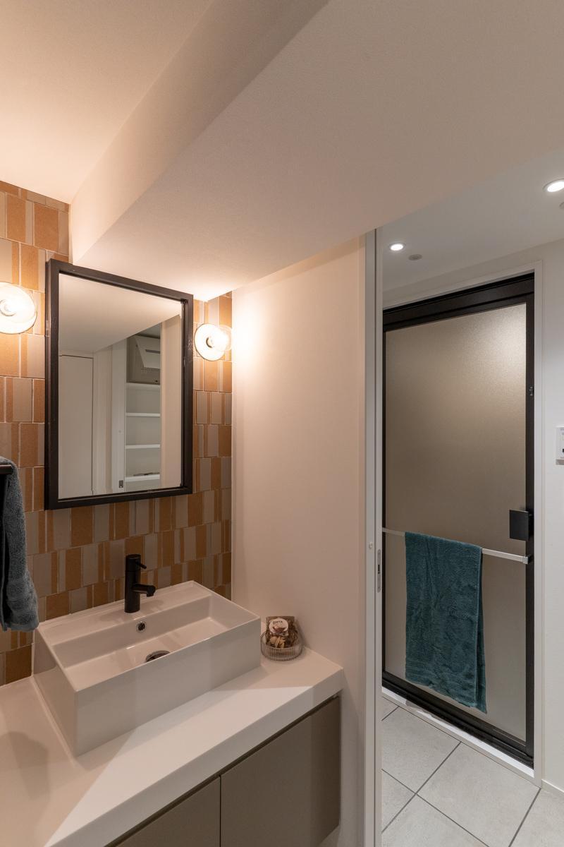 洗面台の壁にはキッチン背面と同じタイルをアクセントに