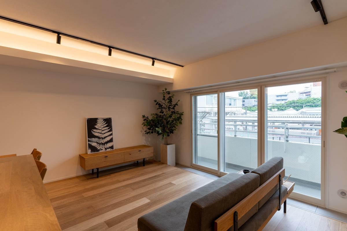 天井のライティングレールに加え、間接照明も仕込まれています