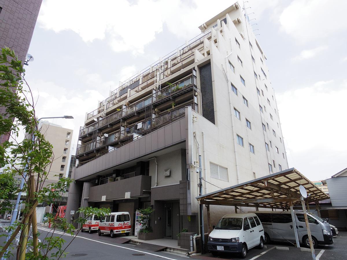隅田川沿いにどっしりと立つ古いビル