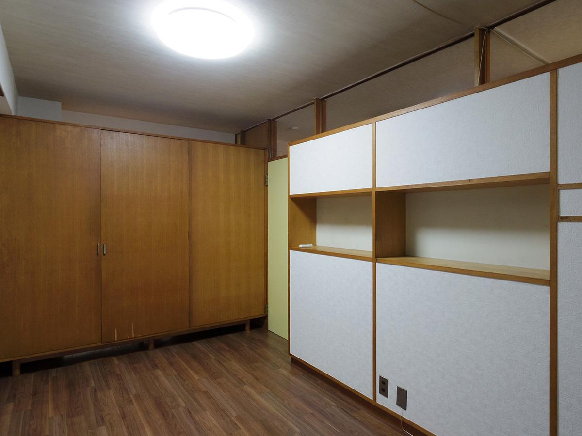 5畳洋室。造り付けの収納で天井付近の壁はガラスなので、光がやんわり入ってくる