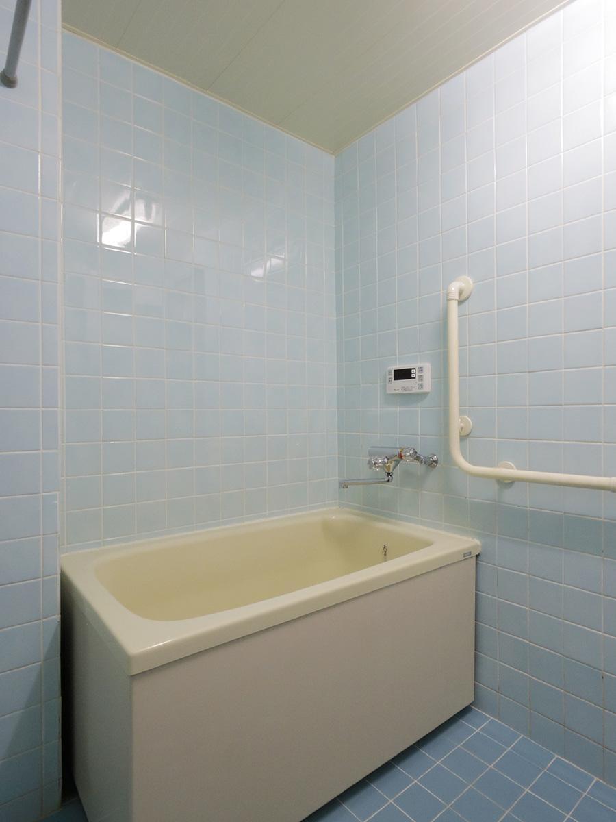 古めかしい風呂ですが追いだき付きで清潔感がある