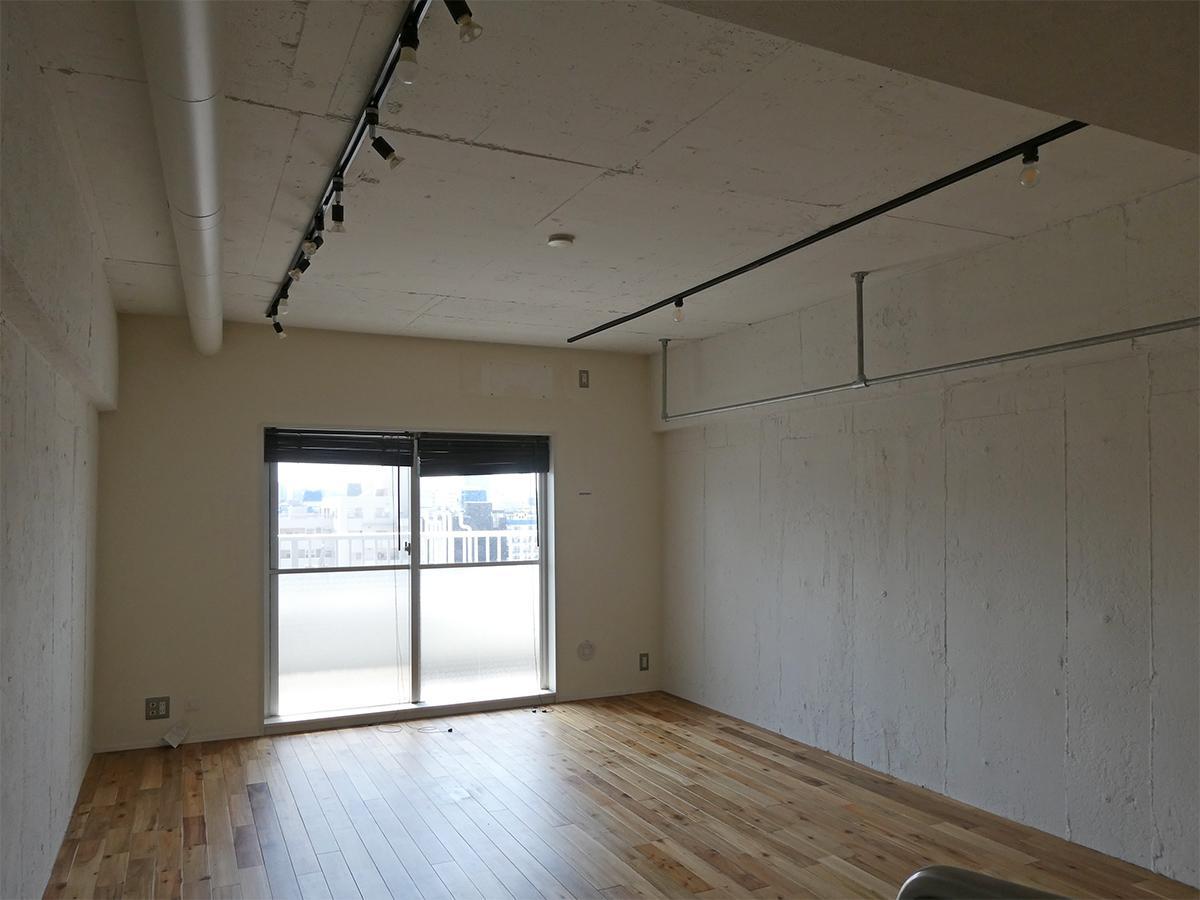 壁は白い塗り壁、床はフローリング。窓からは抜けた眺望!