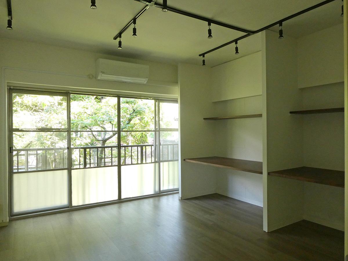 2階南東側洋室:サッシがレトロでかわいい。備え付けの収納は机にもなりそう
