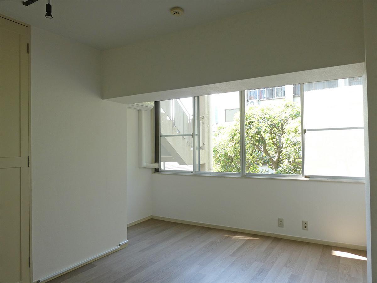 2階北西側洋室:梁下が1.8mと低いので注意。中庭が見えて気持ちがいいです