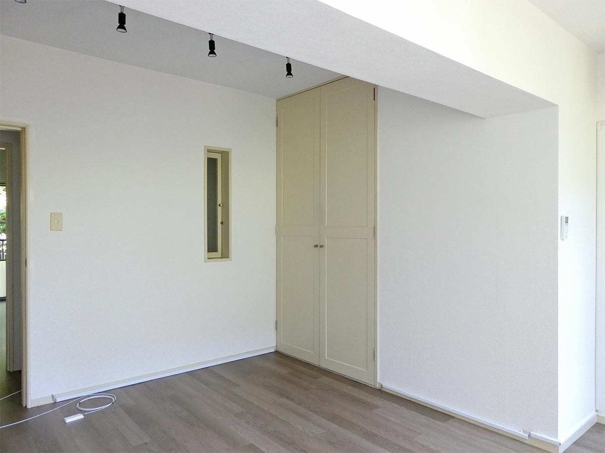 2階北西側洋室:レトロな棚や小窓の雰囲気がいい