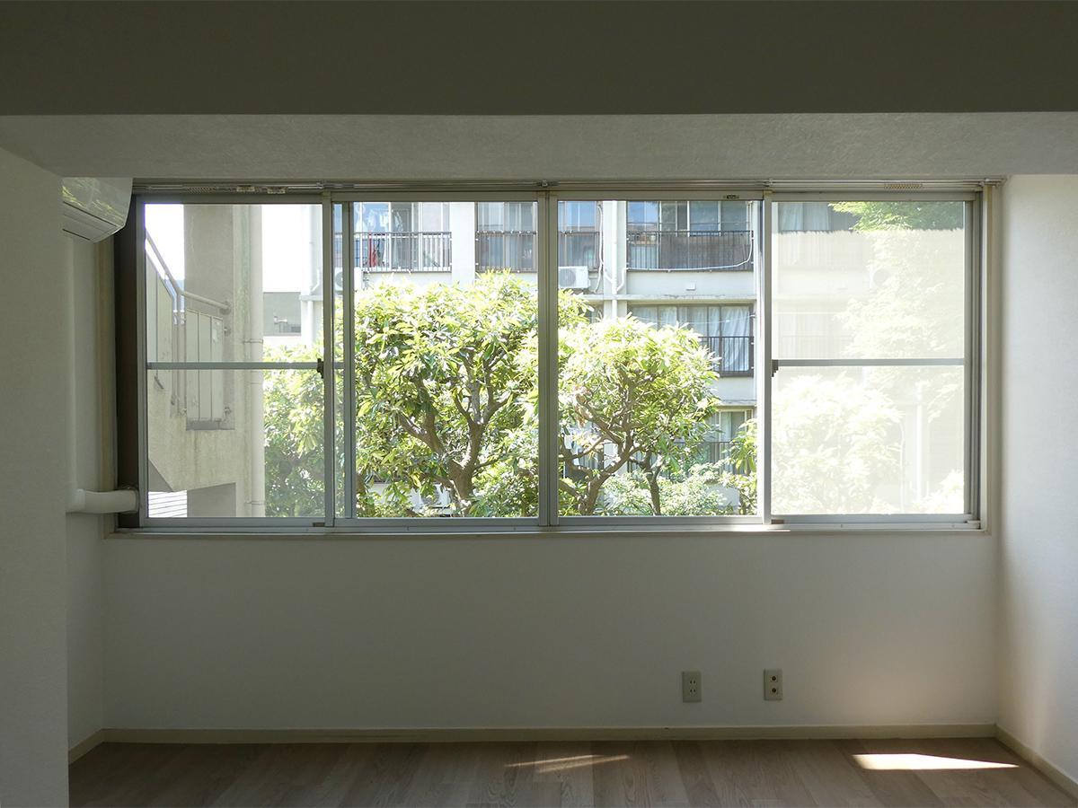 北西側洋室の眺望。中庭ビュー