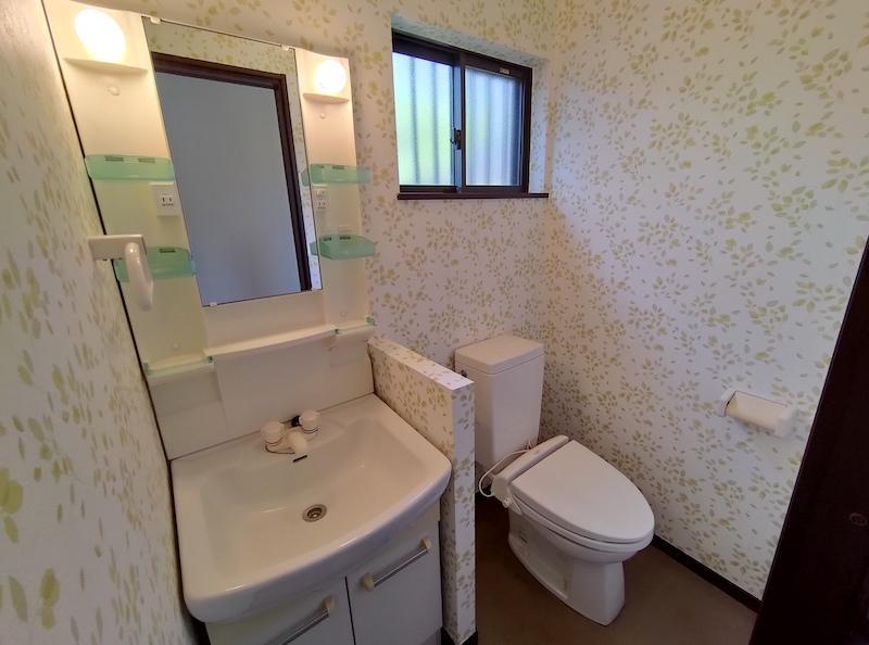洗面台とトイレは同じ空間です