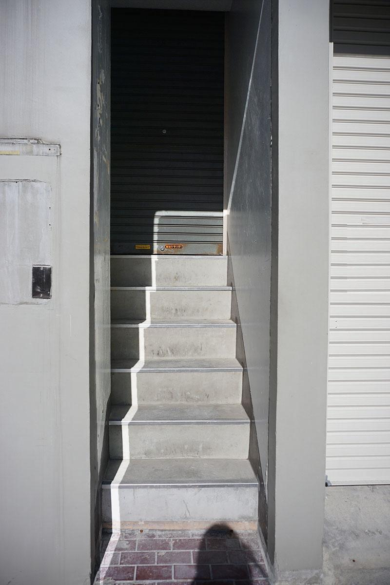 階段入り口の横幅は80cmと小さめ。数段先にシャッターがある