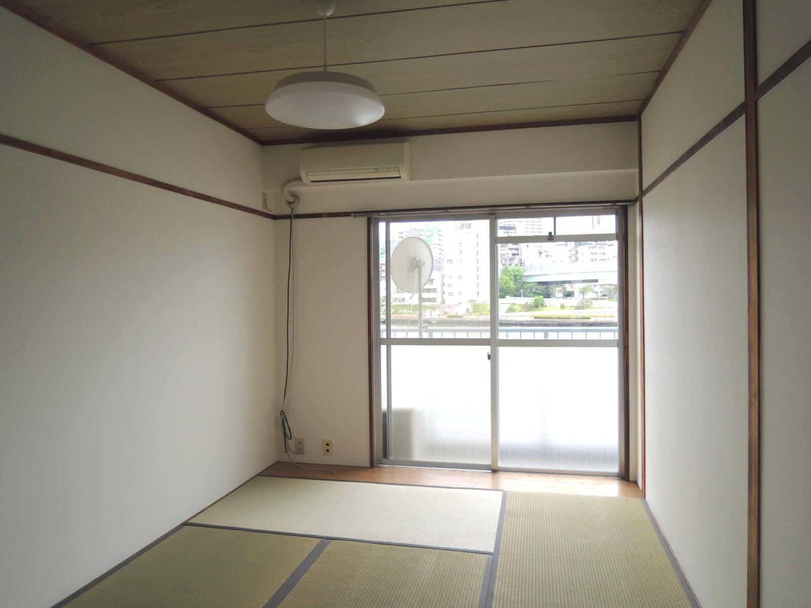川向きの和室、窓の手前わずかに板間部分あり
