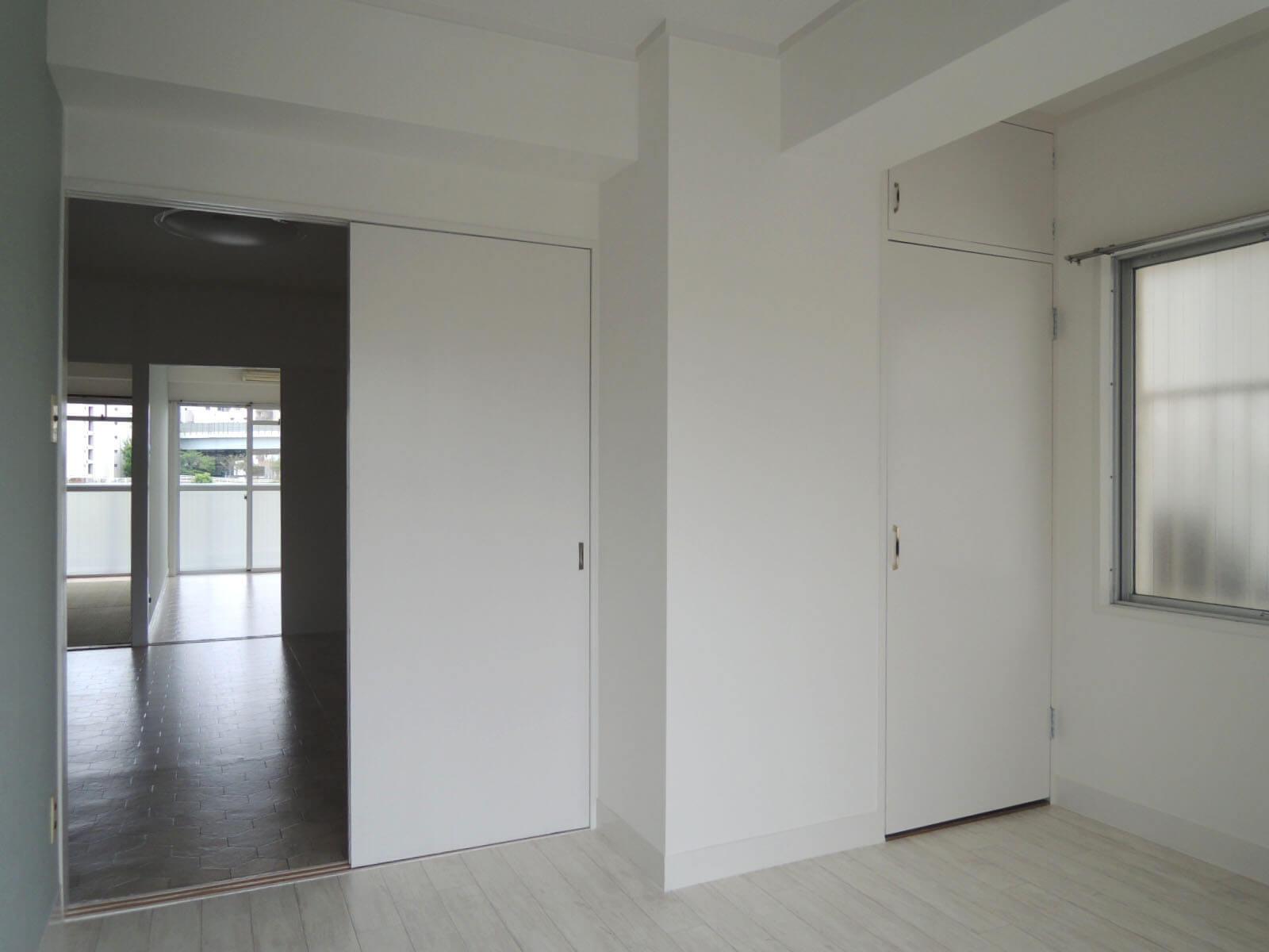 ここも引戸が外せます、右端の扉は小さめ収納
