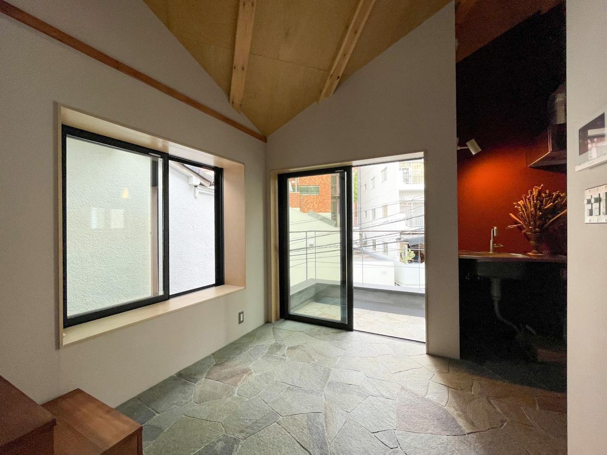 出窓部分に植物やクラフトを並べたりと、想像は膨らむばかり
