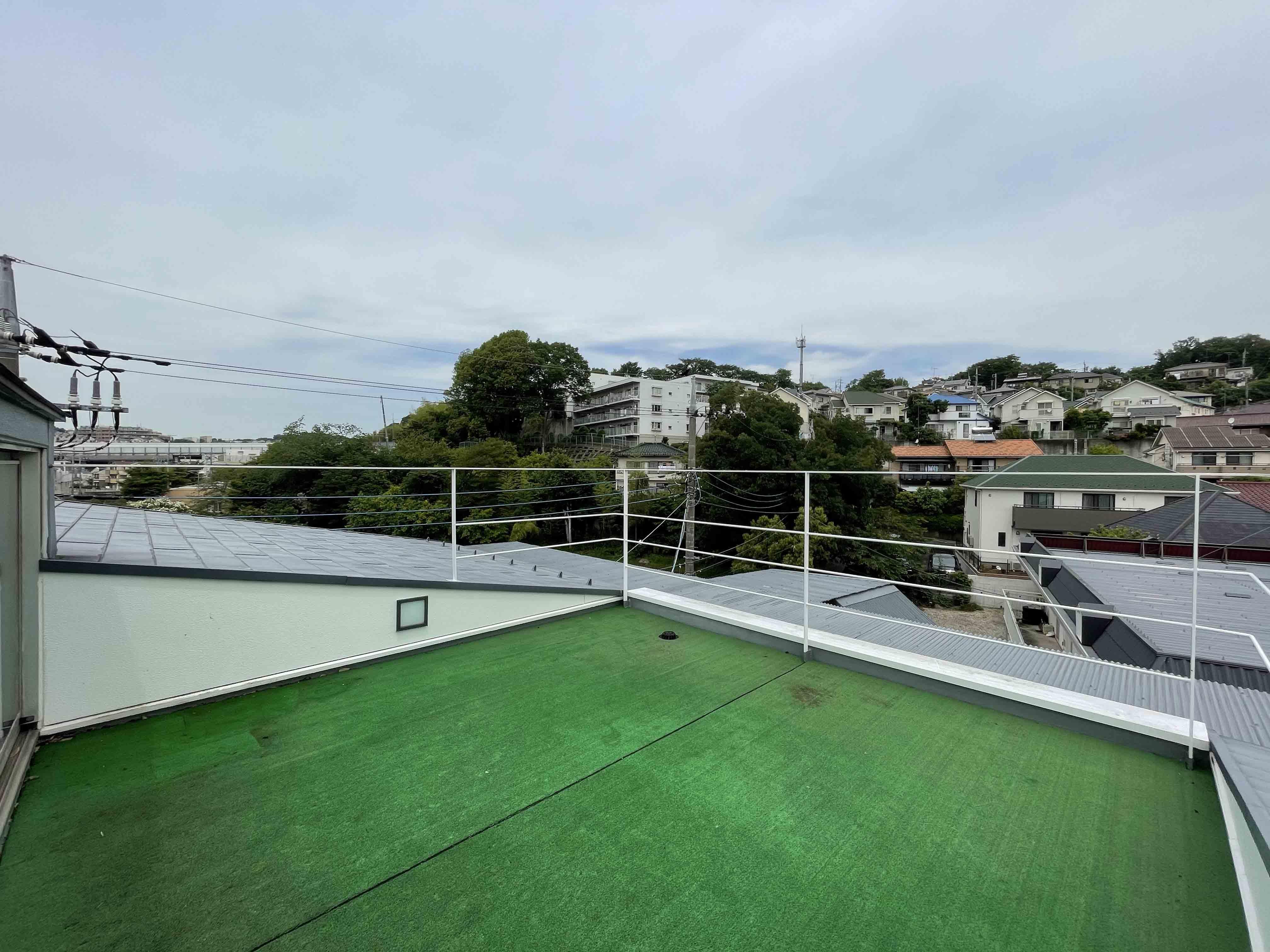 人工芝が敷かれた屋上付き
