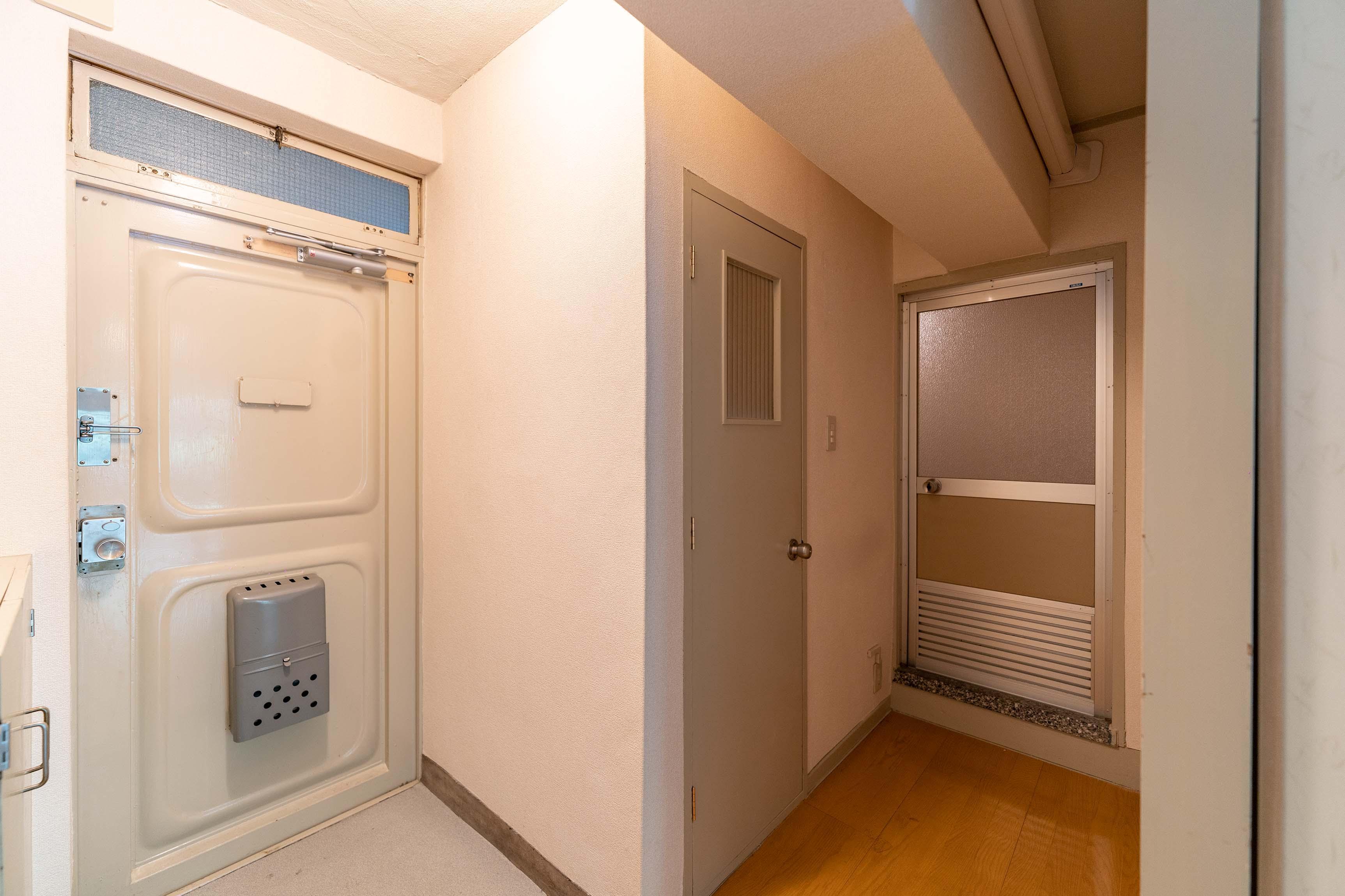 一番右側が浴室のドア。脱衣所がないため、つっぱり棒等が必要