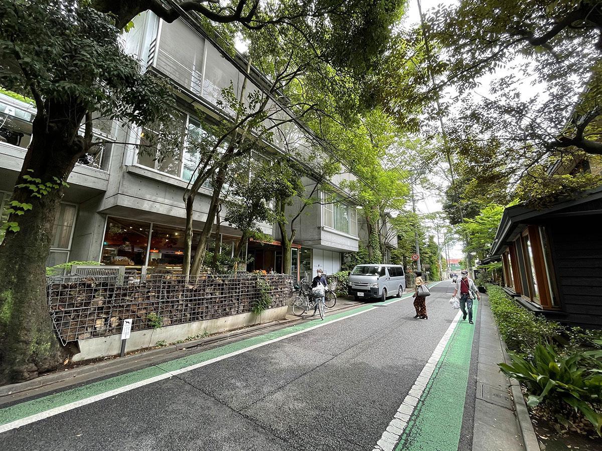 物件のすぐ近くには豊かな緑が残るエリア。おいしいパン屋やすてきな花屋など、雰囲気の良い店が立ち並ぶ