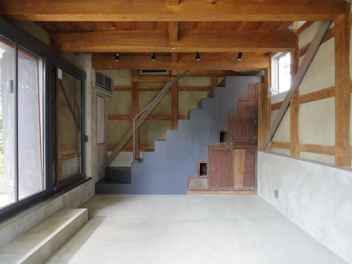 古い棚を生かした特徴的な階段のデザインが素敵
