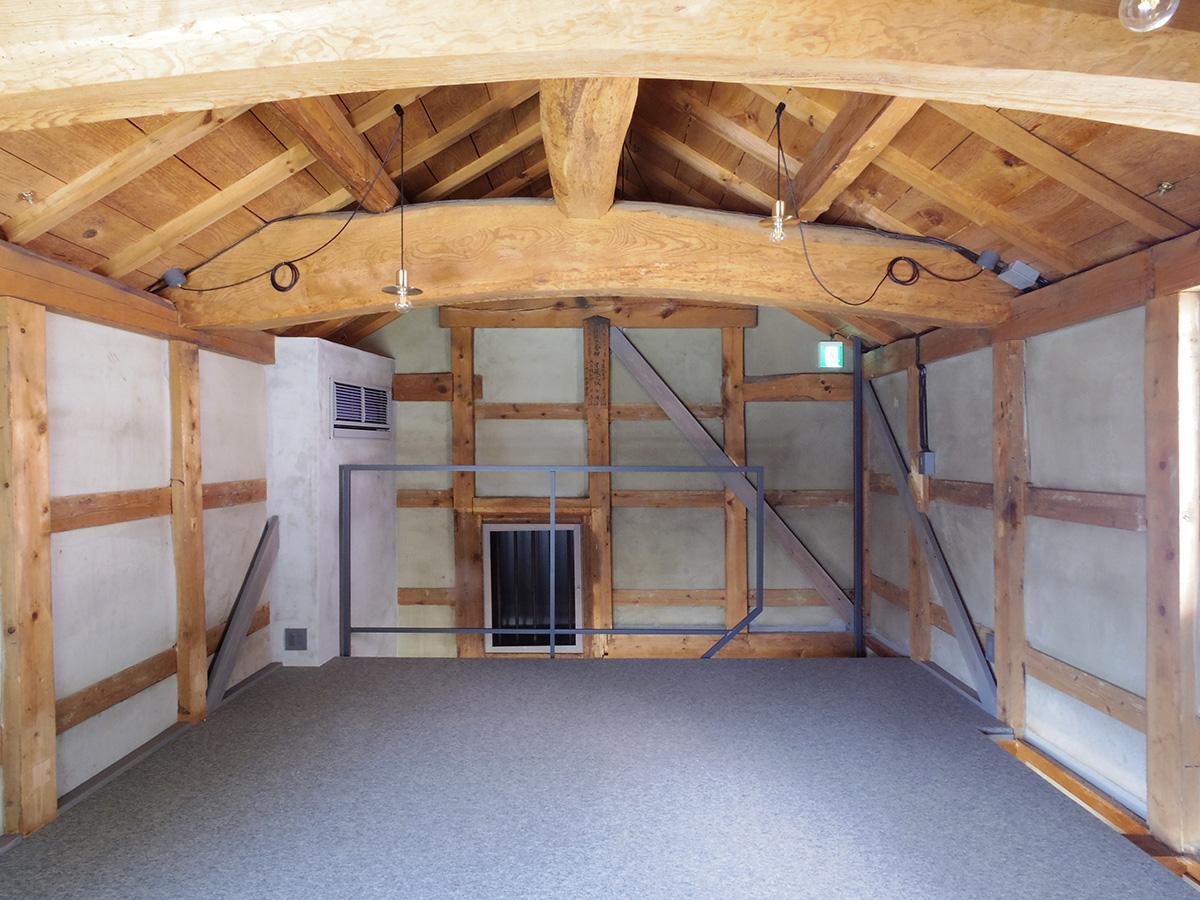 しっかりとした梁の木材がそのまま見える迫力のある空間