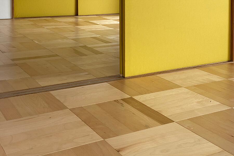 肌触りが良い床にアクセントになっている襖紙