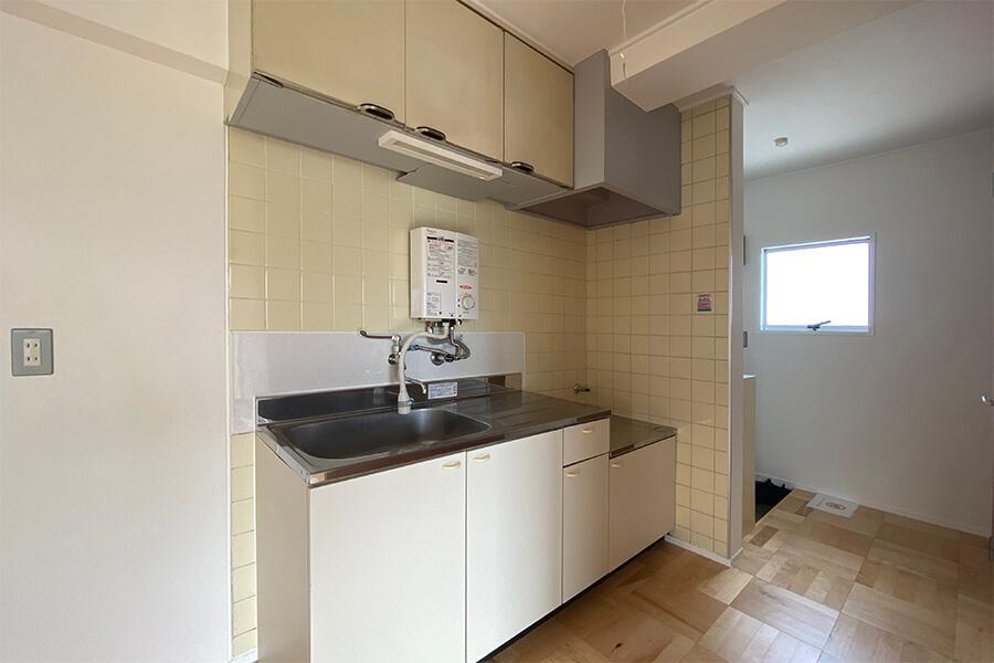 キッチンは既存のものをきれいにしました。ガスコンロは持ち込みが必要です