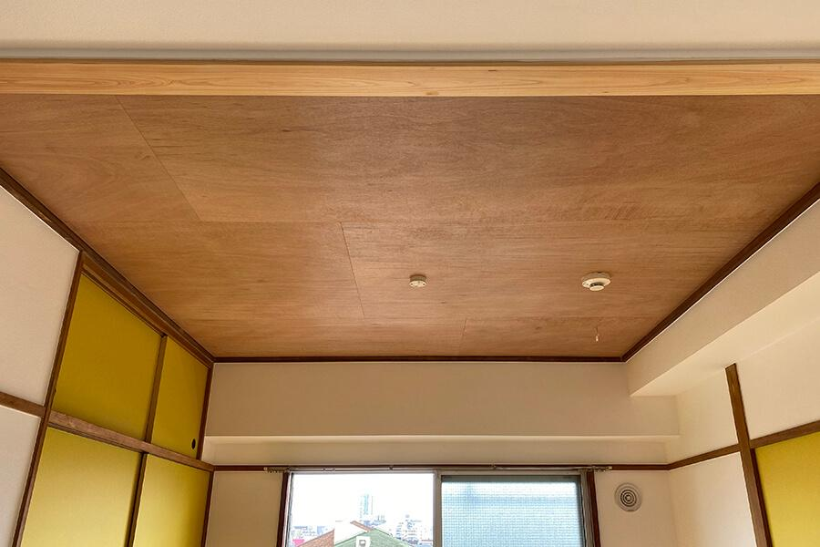 天井は合板を貼った仕上げ。