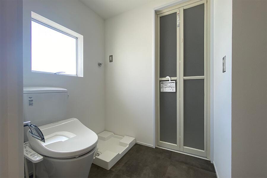 洗面室に窓もあって清潔感あり