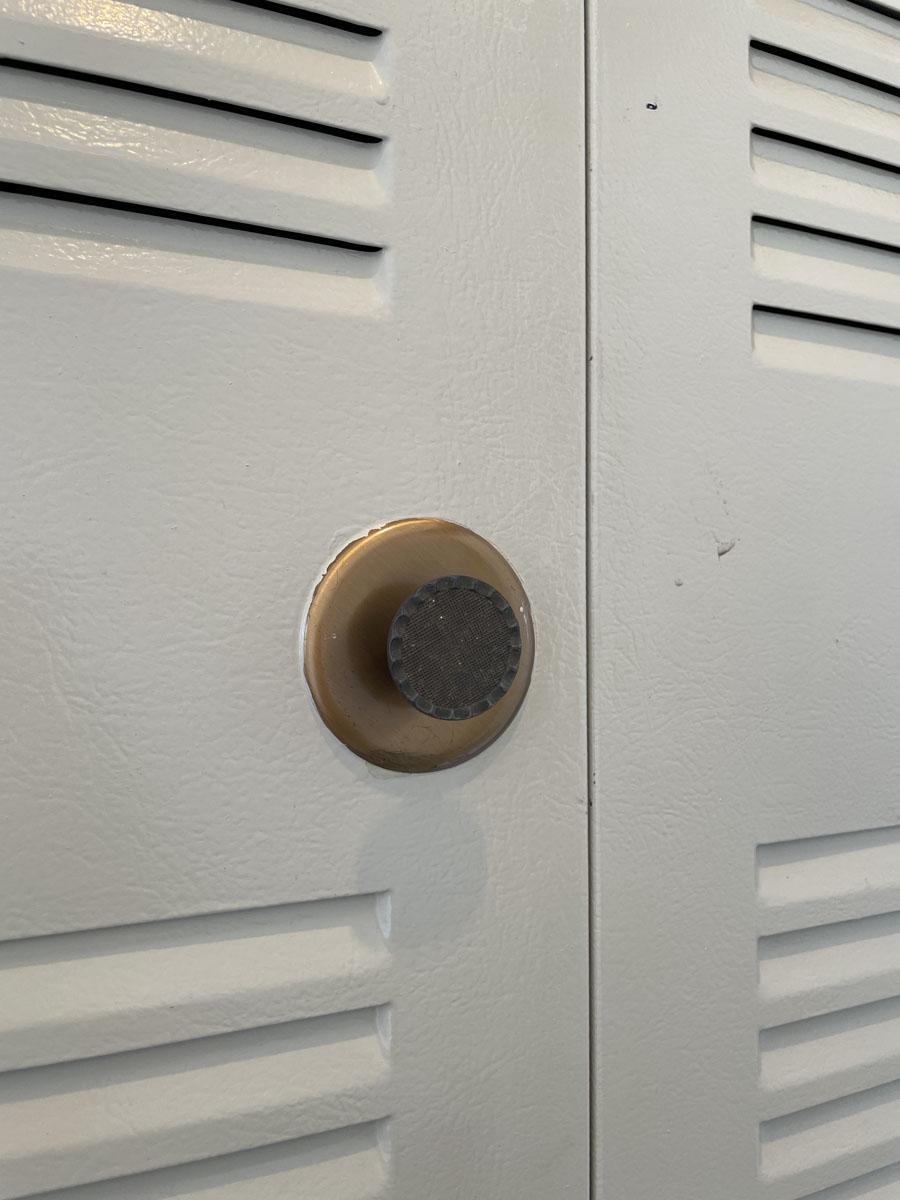 玄関の収納棚の扉は味があります