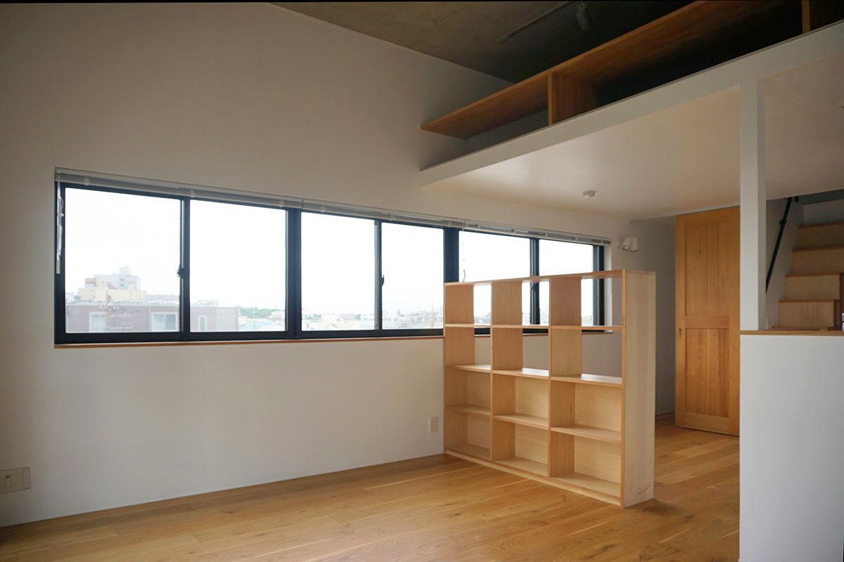 角部屋で窓が多いので明るい。棚の奥は寝室