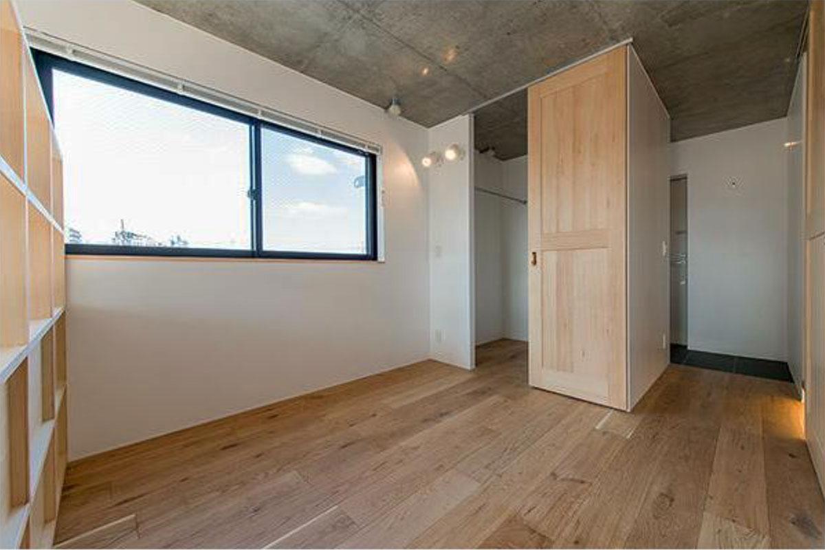 寝室は2.8畳(写真は別区画のもの。募集区画はクローゼットの右隣にロフトへの階段があります。11枚目をご確認ください)