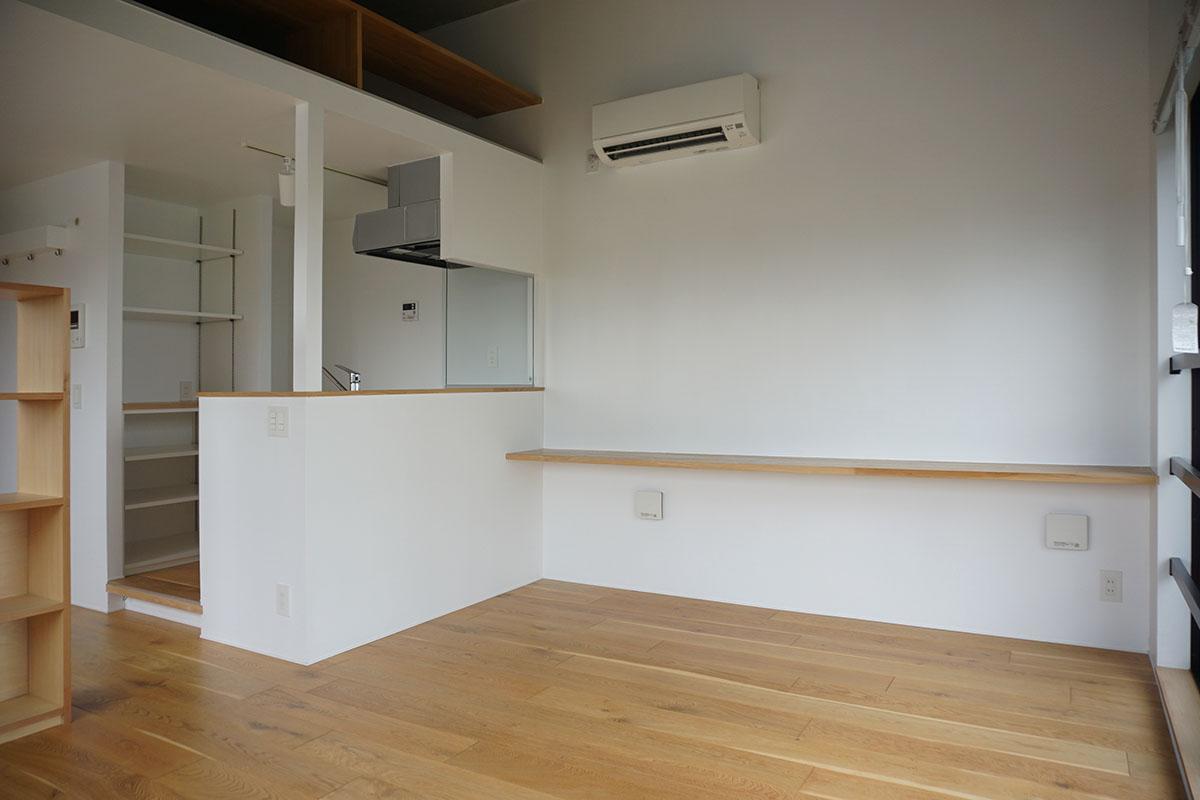 奥の細長い棚は作業机にもちょっとした収納にも。奥行33cm