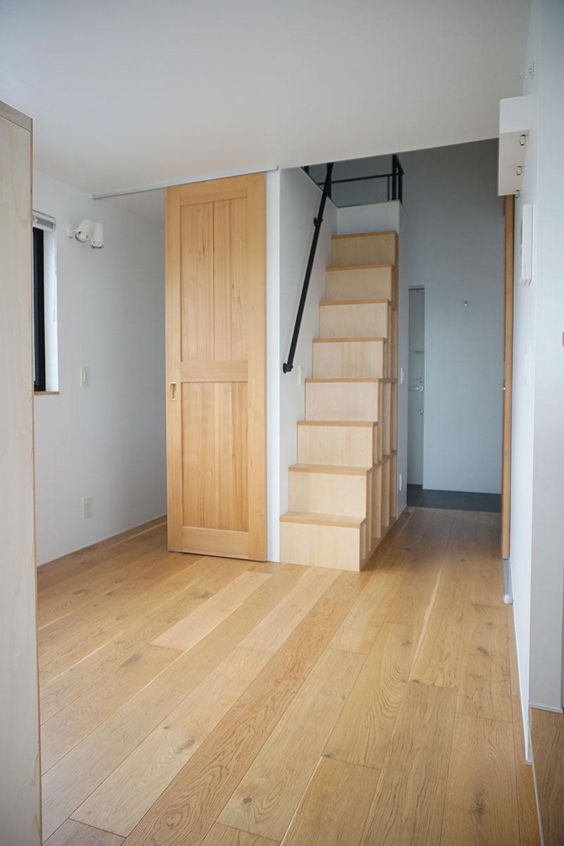 ロフトへの階段とウォークインクローゼット。階段は棚になっています