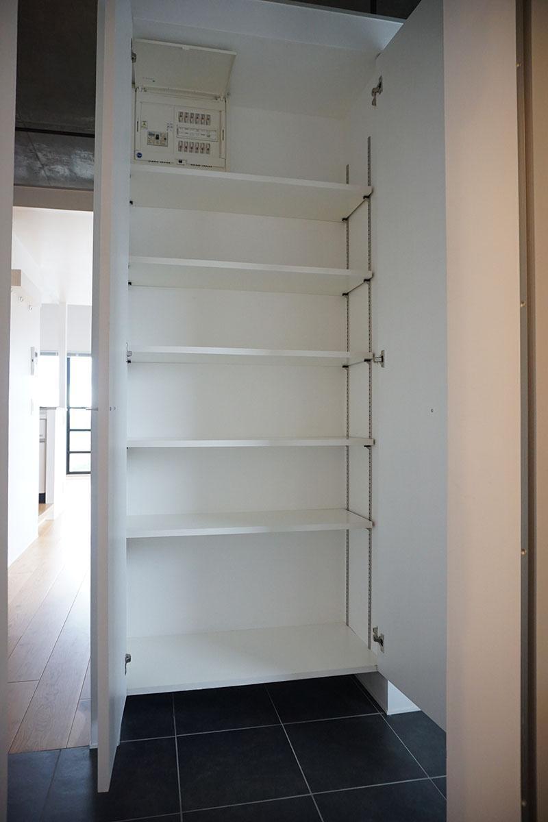 玄関ドア正面の靴収納。棚板は動かすことができる