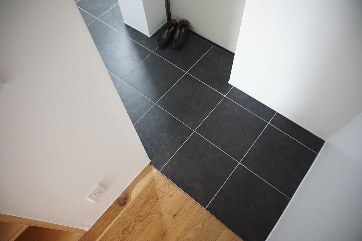 玄関はL字、床はタイル