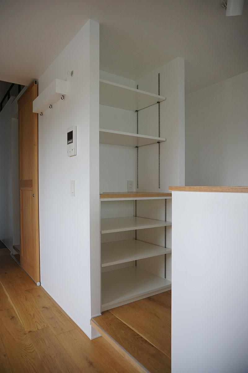 キッチン裏の棚。棚板は動かすことができる