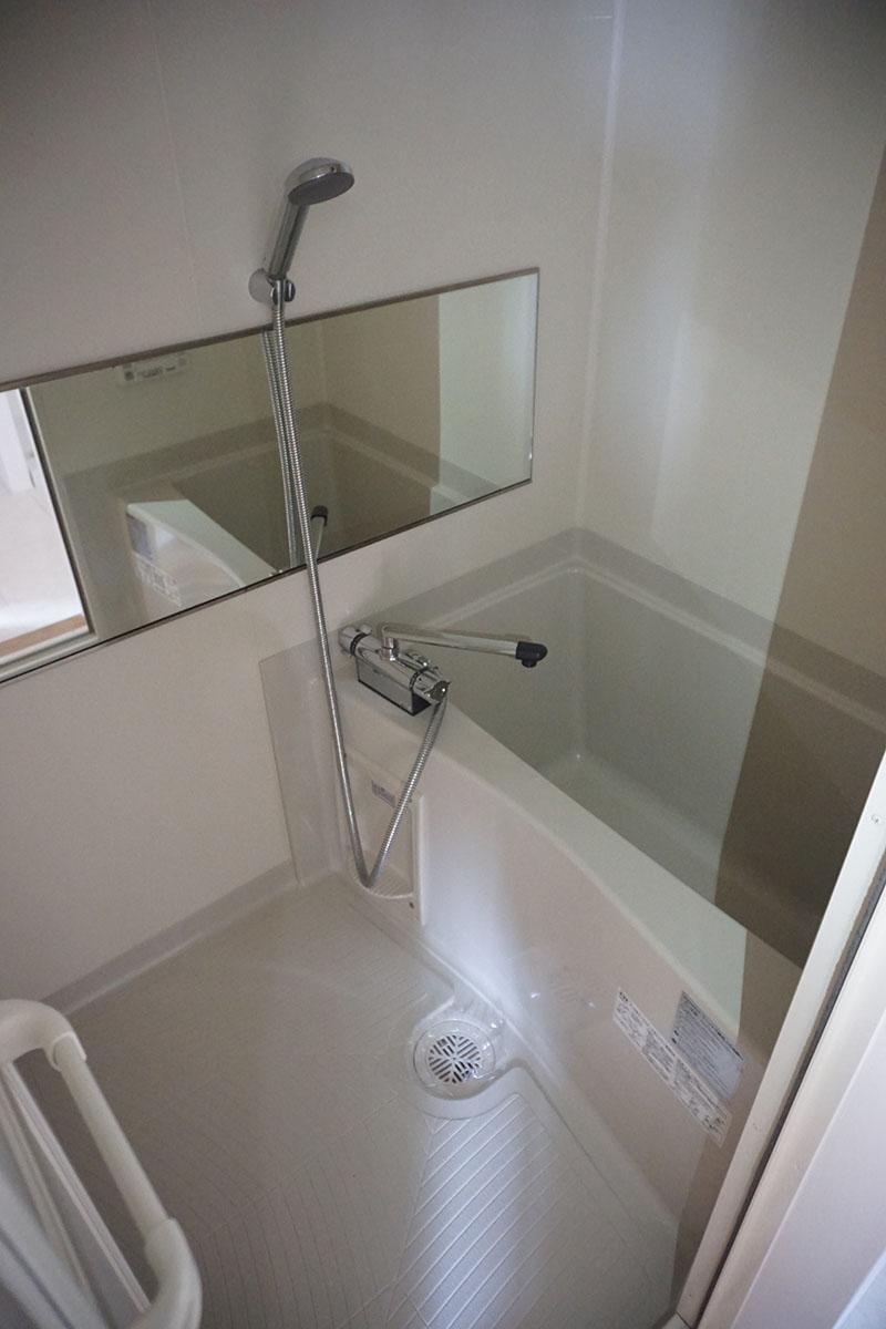 バスタブでは足を伸ばせない。浴室乾燥機と物干し竿付き