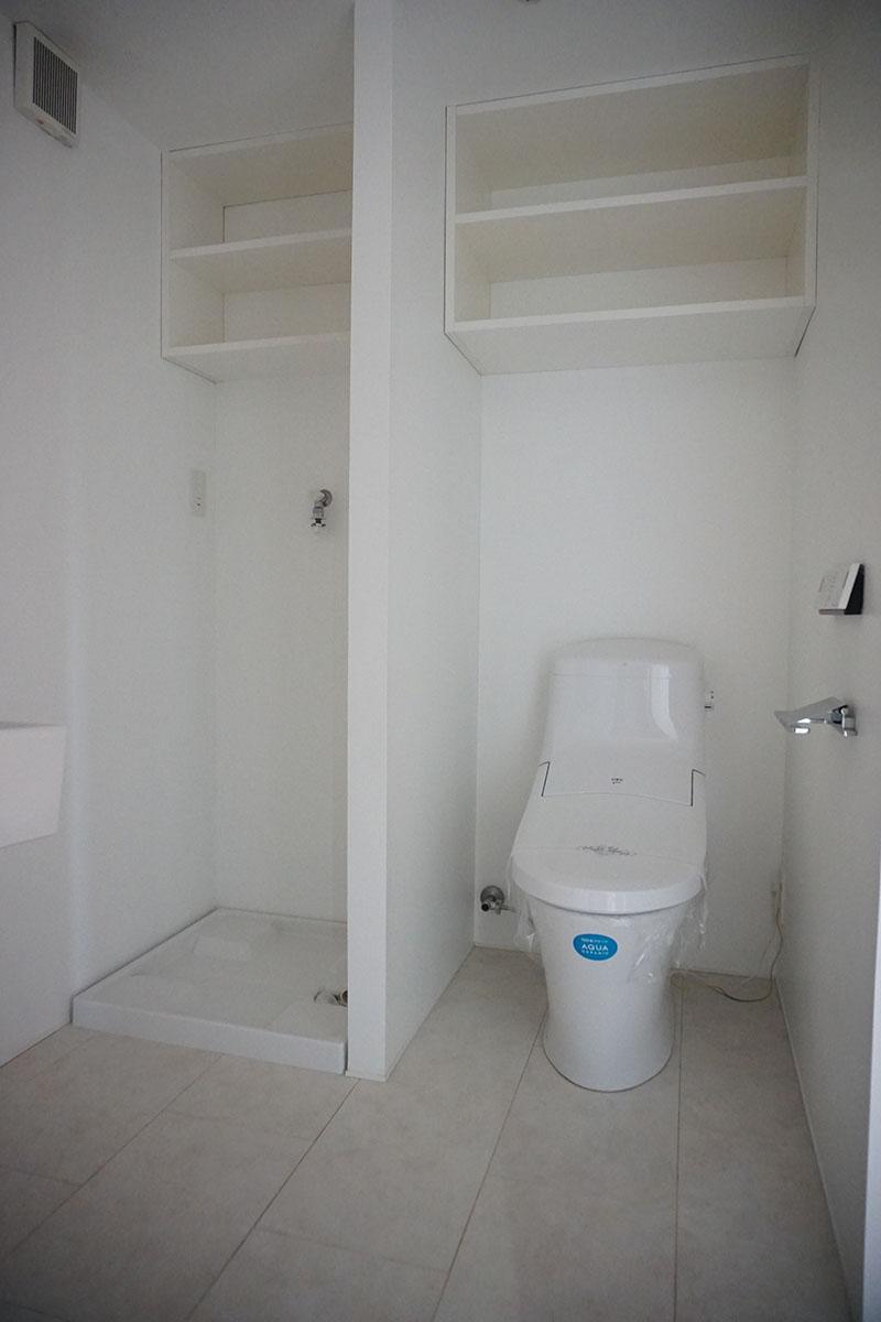脱衣スペース、トイレ、洗濯機、洗面台が同室