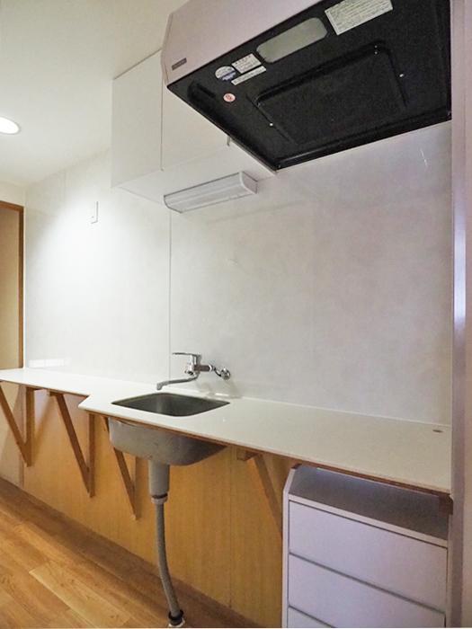 キッチンはコンパクトですが、スタイリッシュなデザインがいい。コンロはIHが置けるよう電源が用意されている