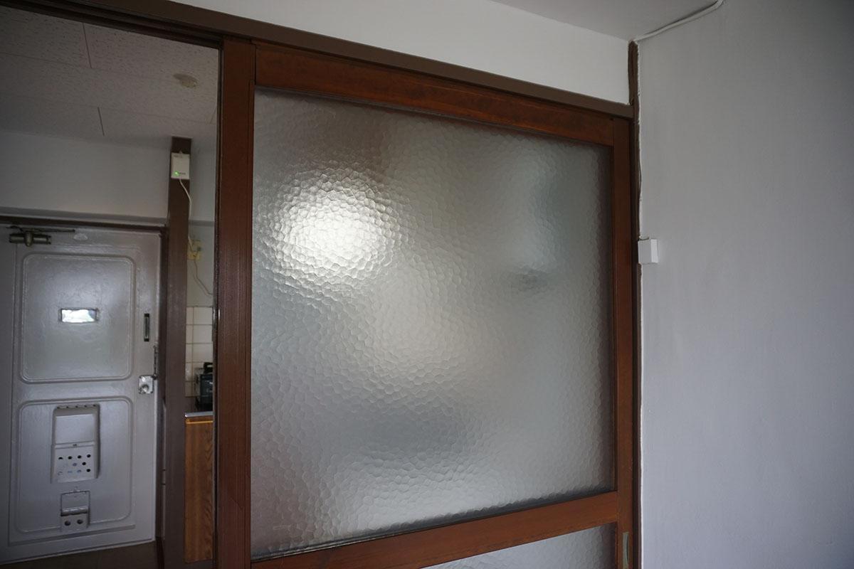 3畳洋室の仕切り戸。ガラスがかわいい...!