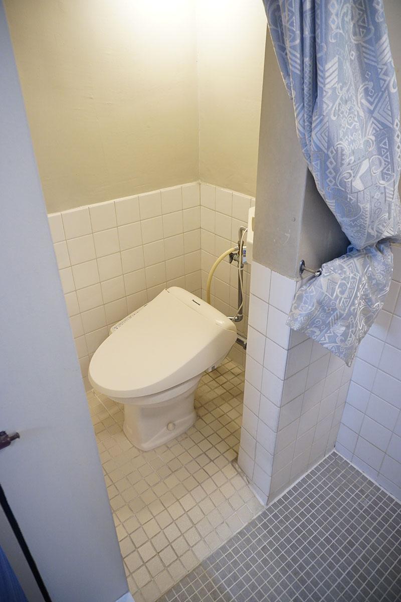 浴室内にトイレ。ウォシュレット付き