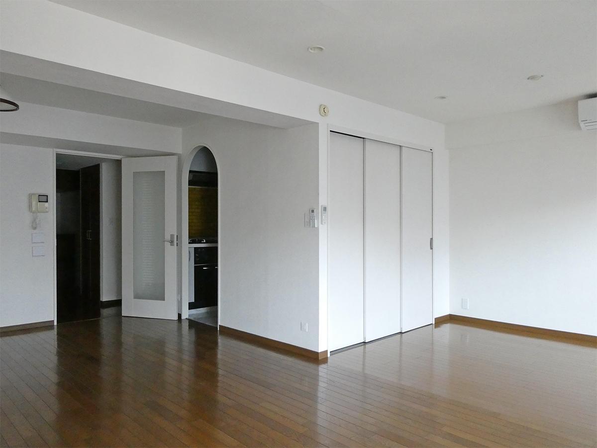 9階リビングダイニング:キッチンのアーチかかった入り口が可愛らしい