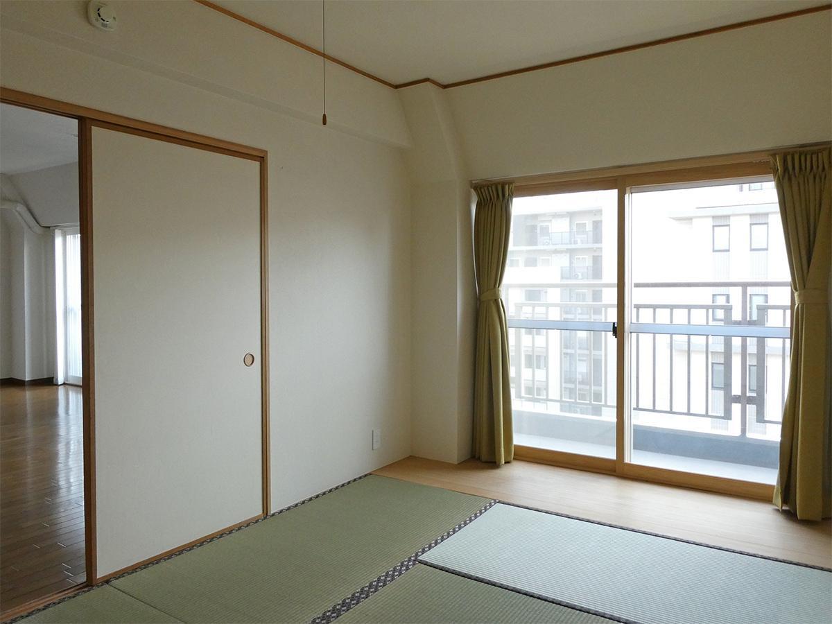 9階和室:バルコニーに面していてゴロンとしたくなる感じ