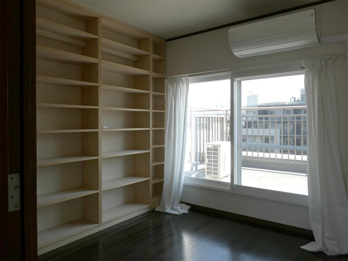 10階4.9畳洋室:備え付けの本棚があります