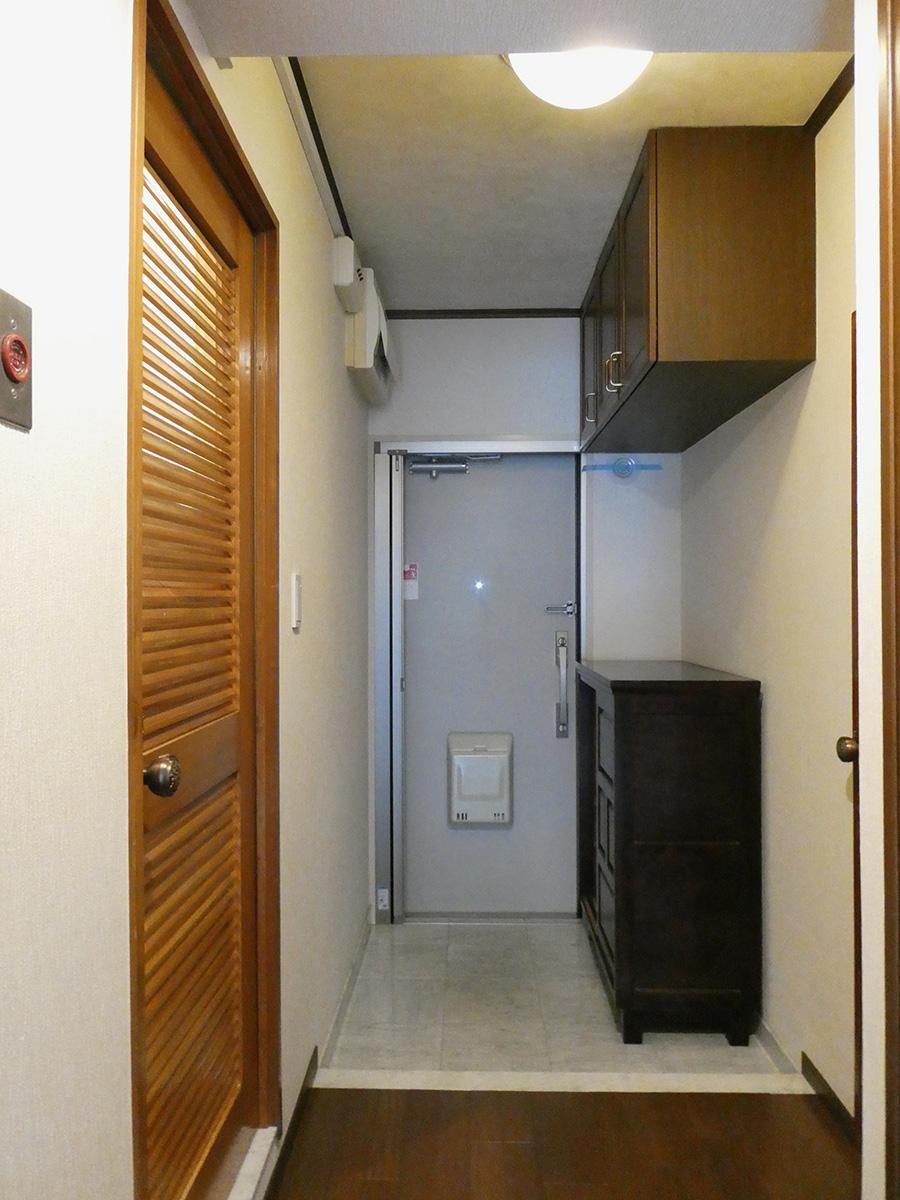玄関。左手ドアは水まわり