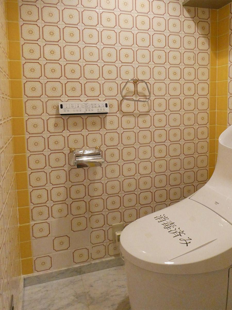 トイレ。壁がレトロ