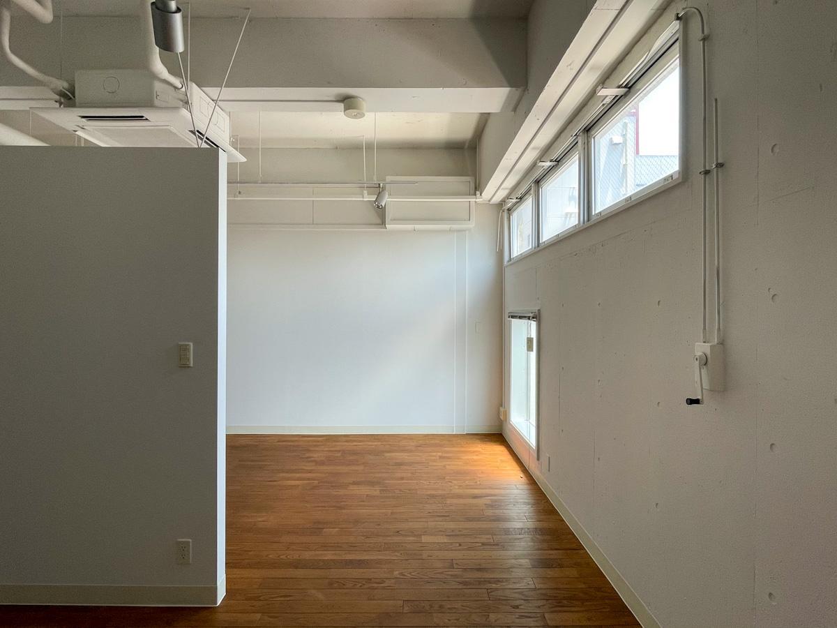 窓はコンパクトながらも南向きなので、安定して光が入る