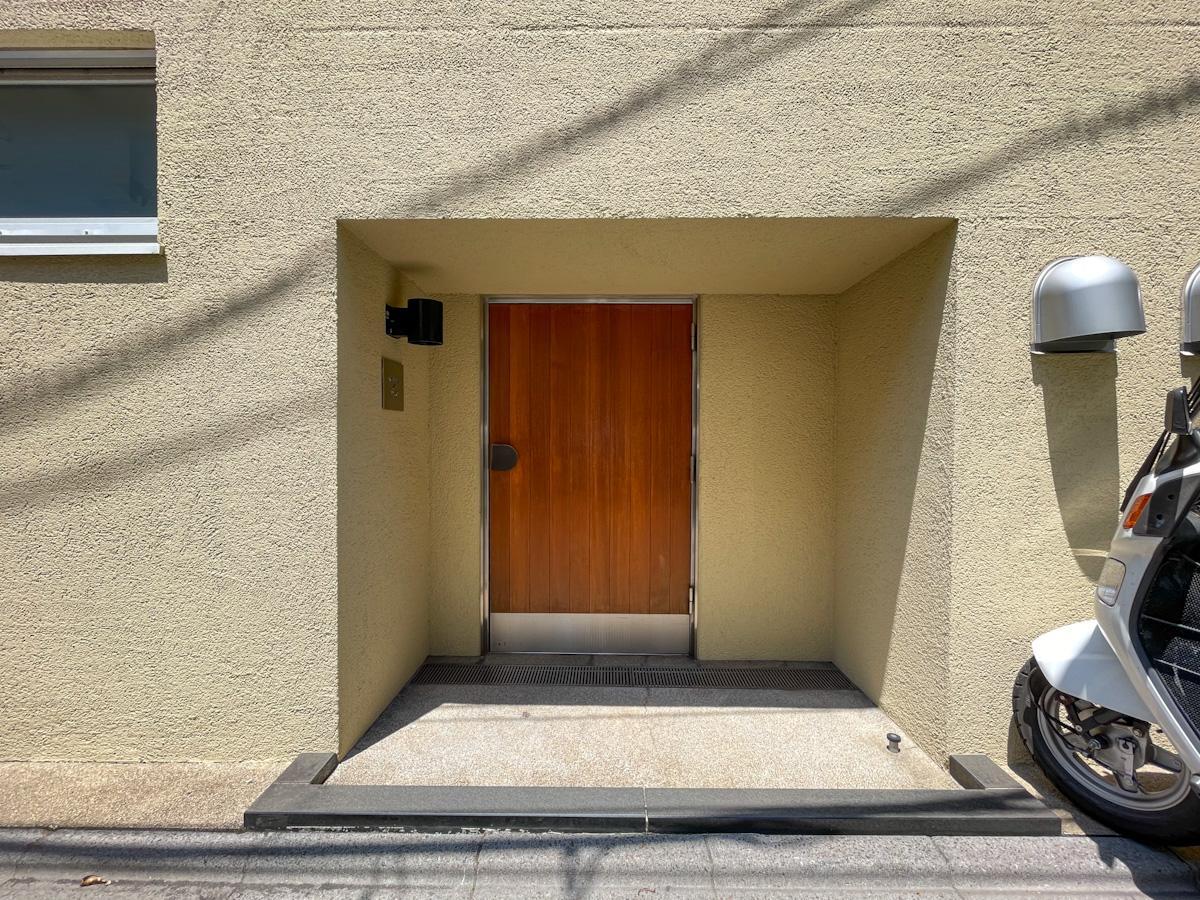 エントランスの扉は高さ約1.7mほど※大きな荷物が搬入出できる非常階段もあります