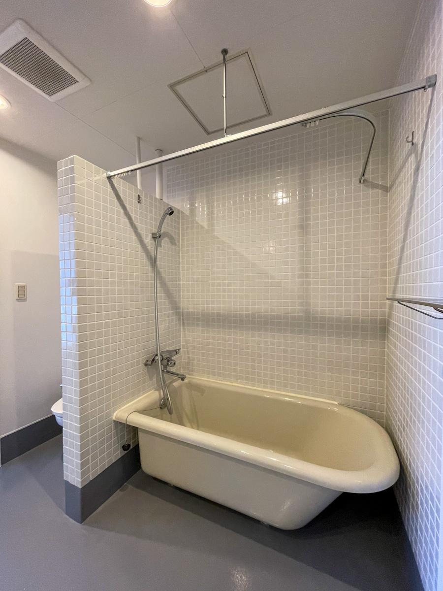 浴槽とシャワーも付いているので、働く時間帯が不規則な方にも