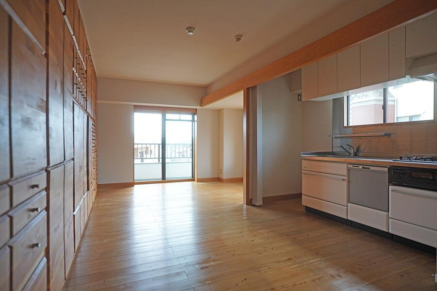 キッチンの近くにはカトラリー類をしまうのにちょうどいい収納が配置されるなど、使い勝手が考えられています