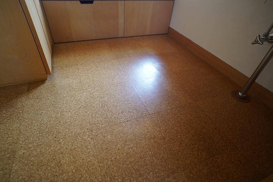 賃貸室部分と洗面室の床はコルク